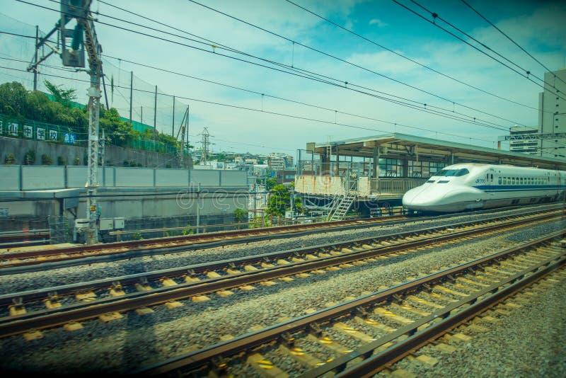 KYOTO, JAPAN - JULI 05, 2017: De sporen met een trein JR700 shinkansen ultrasnelle trein aankomend aan de post van Kyoto in Kyoto royalty-vrije stock foto