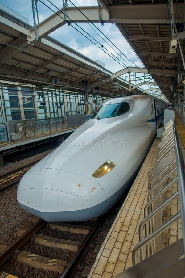 KYOTO, JAPAN - JULI 05, 2017: JR700 shinkansen ultrasnelle trein het vertrekken Kyoto post in Kyoto, Japan stock afbeeldingen