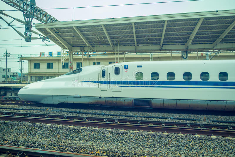KYOTO, JAPAN - JULI 05, 2017: JR700 shinkansen ultrasnelle trein het vertrekken Kyoto post in Kyoto, Japan royalty-vrije stock fotografie