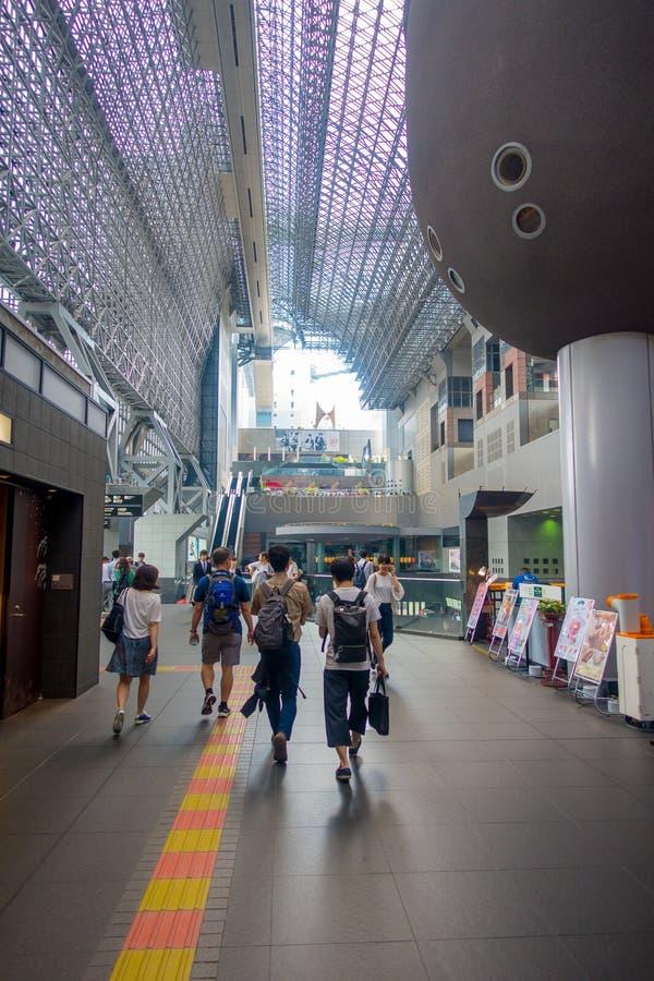 KYOTO, JAPAN - JULI 05, 2017: Menigte van mensenhaast bij Keihan-Station in Kyoto, Japan Het bedrijf van de Keihanspoorweg stock afbeeldingen
