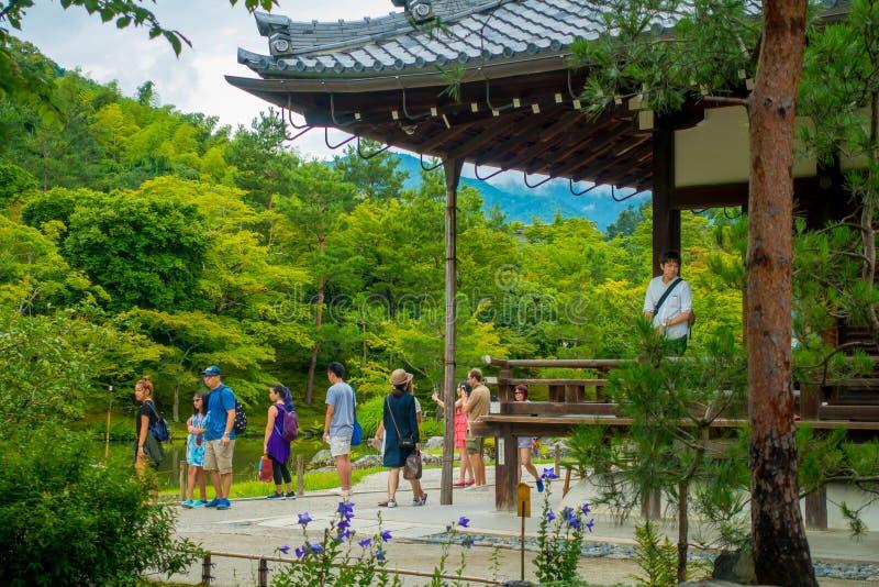 KYOTO, JAPAN - 5. JULI 2017: Nicht identifizierte Leute, welche die Ansicht des Gartens mit Teich vor Hauptpavillon enoying sind stockbilder