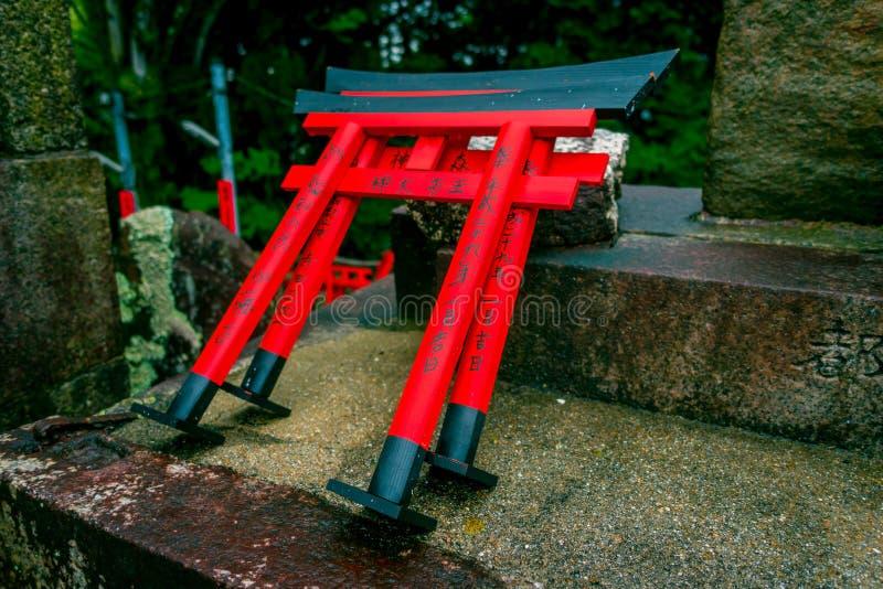 KYOTO JAPAN - JULI 05, 2017: Område för bön för relikskrinChoja relikskrin på den Fushimi Inari Taisha relikskrin en berömd histo royaltyfri foto