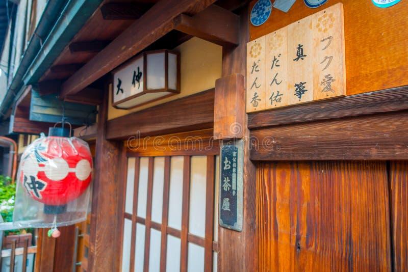 KYOTO JAPAN - JULI 05, 2017: Sikt av traditionella japanhus i område för geisha för Higashi Chaya gammalt Higashi är a arkivfoton