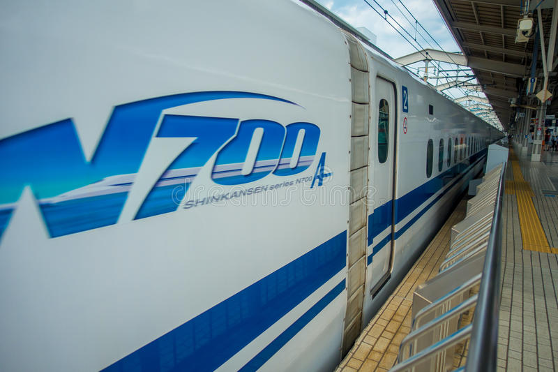 KYOTO, JAPAN - JULI 05, 2017: Sluit van JR700 shinkansen ultrasnelle trein het vertrekken Kyoto omhoog post die in Kyoto, Japan w royalty-vrije stock fotografie
