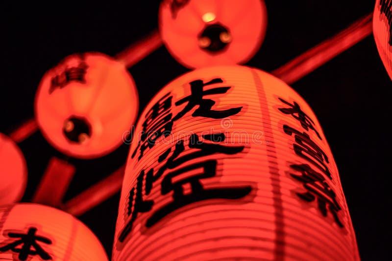 Kyoto Japan - 23 Juli 2016 Torii portar på Fushimi Inari förvarar i Kyoto röda japanska lyktor arkivfoto