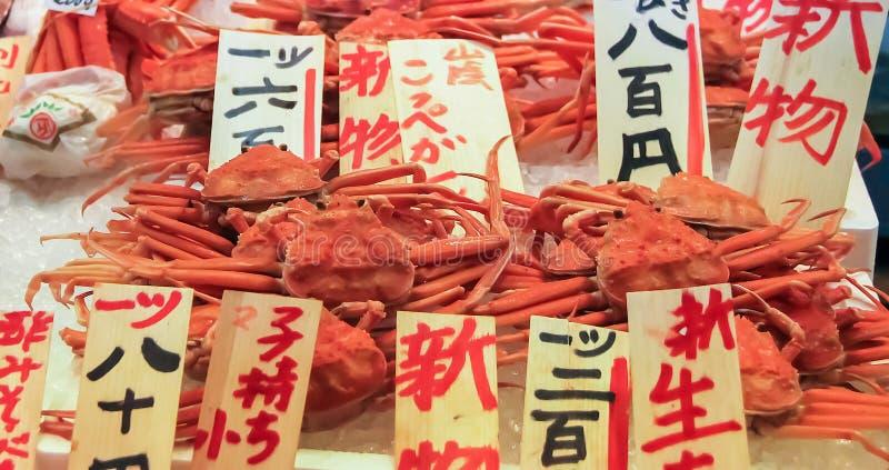 Kyoto Japan - 2010: Konung Crab på försäljning på en marknad arkivfoto