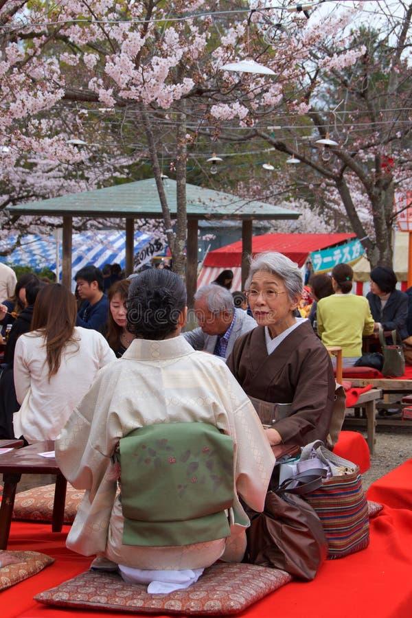 Kyoto Japan - Maj 2017: Folket som tycker om hanami för körsbärsröd blomning i Maruyama, parkerar i Kyoto, Japan royaltyfri fotografi