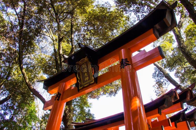 KYOTO JAPAN - MARS 12, 2018: Den Fushimi Inari Taisha relikskrin är royaltyfria bilder