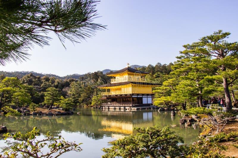 KYOTO JAPAN - MARS 13, 2018: Guld- paviljong av Kinkaku-ji tem arkivfoto
