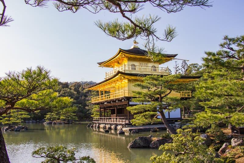KYOTO JAPAN - MARS 13, 2018: Guld- paviljong av Kinkaku-ji tem royaltyfria bilder