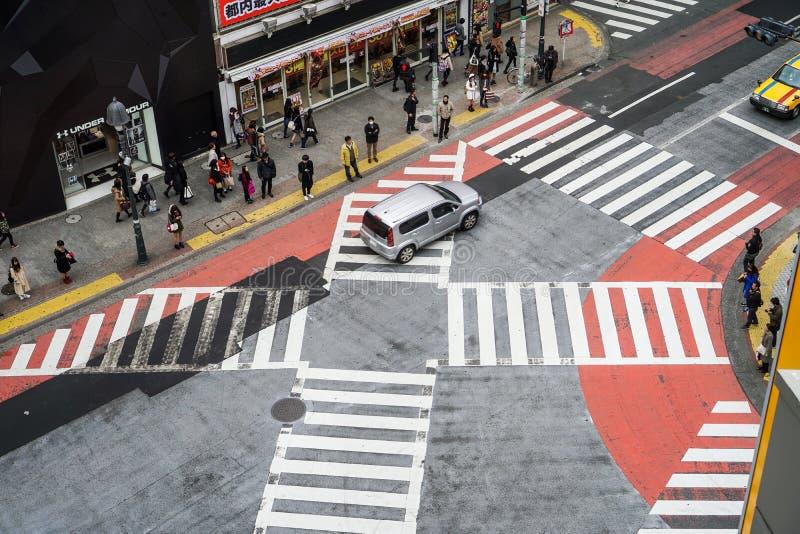 Kyoto Japan - Mars 12 2016: Japansk befolkning korsade vägen arkivfoto
