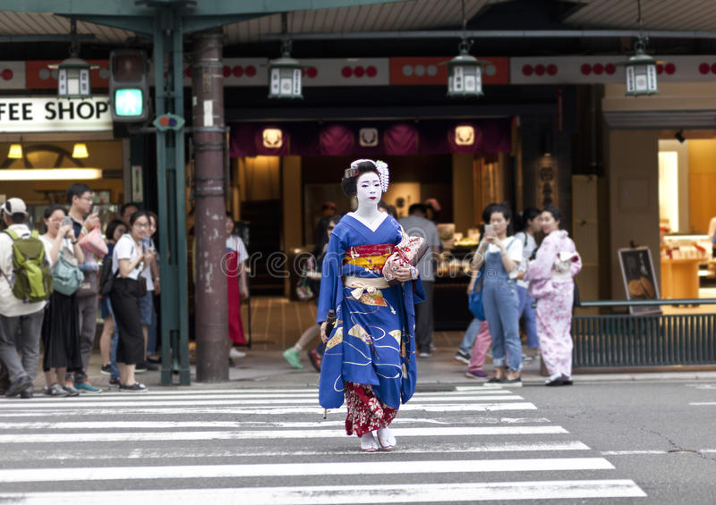 KYOTO, JAPAN - MEI 26.2016: Maiko in kimono presteert in Gion-district op 26 Mei, 2016 in Kyoto, Japan Maiko is een apprentic gei royalty-vrije stock foto