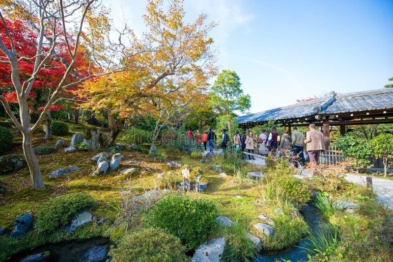 Kyoto, Japan - November 17, 2017: De toeristen bezoeken zen tuin in a stock fotografie