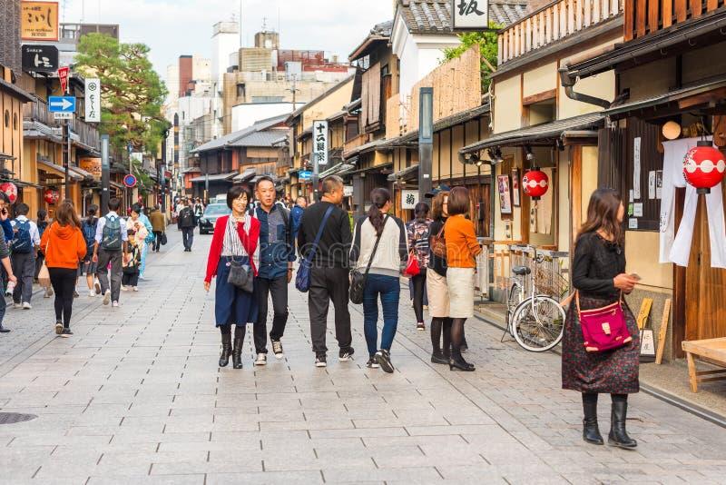 KYOTO, JAPAN - NOVEMBER 7, 2017: Groepen mensen op een stadsstraat Exemplaarruimte voor tekst royalty-vrije stock foto