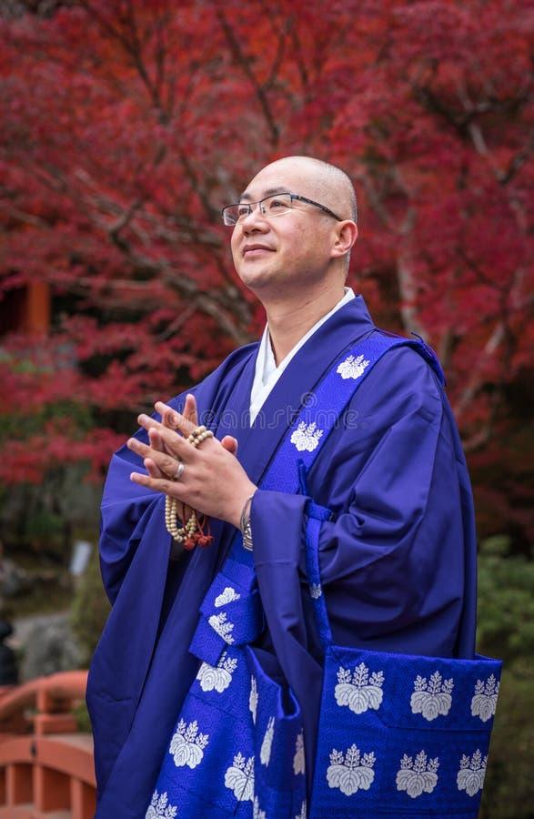 KYOTO JAPAN - November, 20, 2014: Japansk buddistisk munk royaltyfria bilder