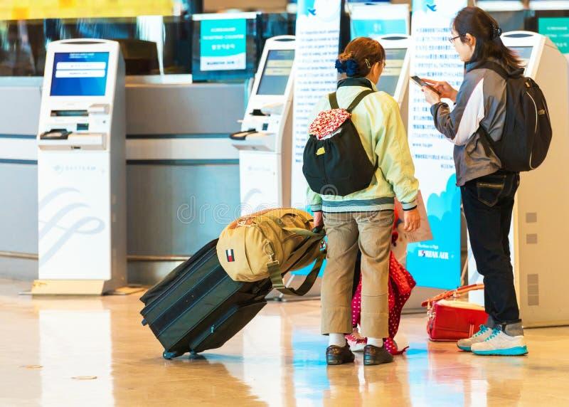 KYOTO, JAPAN - 7. NOVEMBER 2017: Leute mit Gepäck am Flughafen Mit vorgewähltem Fokus stockbild
