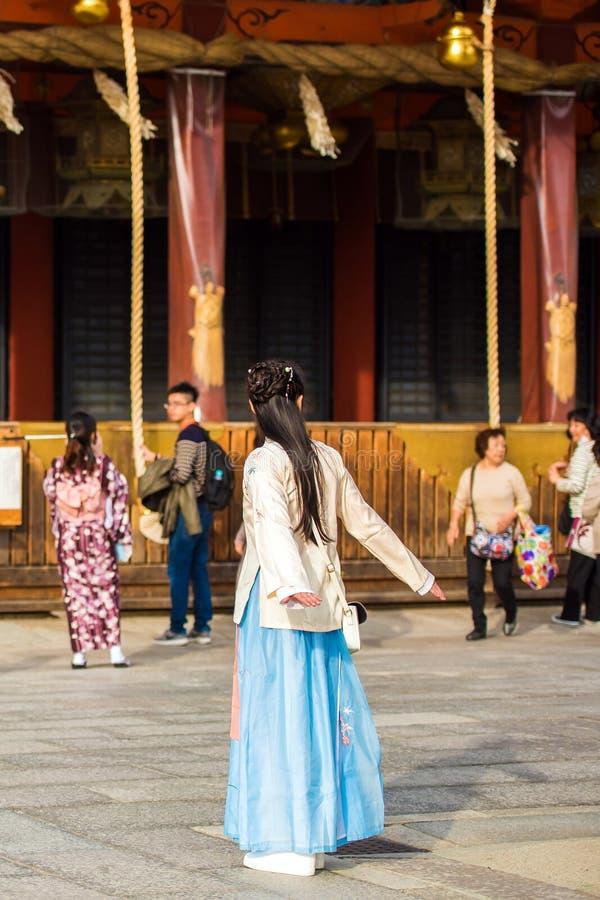 KYOTO, JAPAN - NOVEMBER 7, 2017: Meisje in het blauwe kleding stellen voor fotograaf Exemplaarruimte voor tekst verticaal royalty-vrije stock fotografie