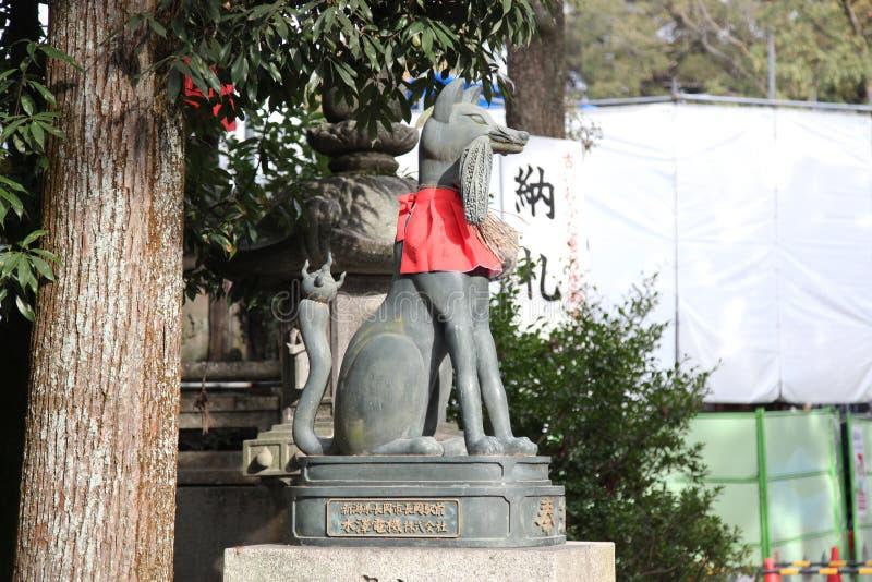 Kyoto; Japan - November 25, 2017: räven i Kiyomizu Dera vikarier arkivfoto