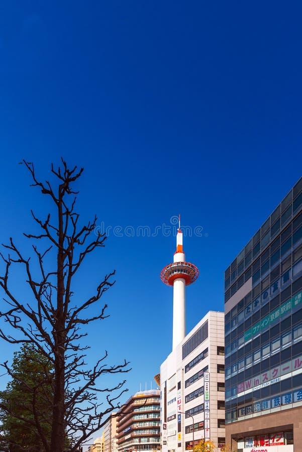 KYOTO JAPAN - NOVEMBER 7, 2017: Kyoto torn på bakgrund för blå himmel Kopiera utrymme för text vertikalt royaltyfri bild