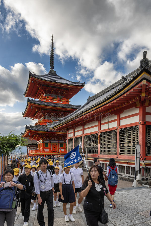 Kyoto Japan - Oktober 6, 2016: Barn som besöker Kiyomizu-dera på en fälttur, Kyoto, Japan arkivbild