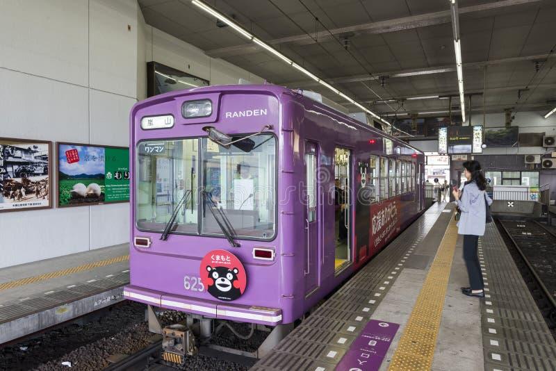 Kyoto Japan - Oktober 5, 2016: Keifuku Randen spårvagnlinje, Kyoto, Japan royaltyfria bilder