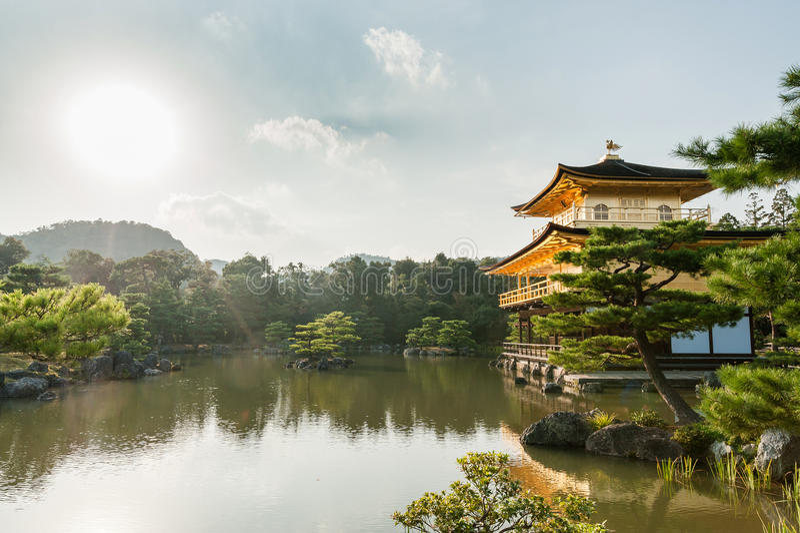 KYOTO, JAPAN - OKTOBER 09, 2015: Tempel Kinkaku -kinkaku-ji van Gouden Paviljoen officieel genoemd Rokuon -rokuon-ji De Tempel va stock foto
