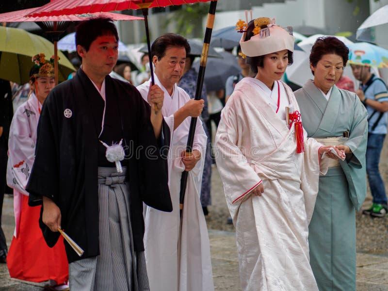Kyoto, Japan - 3. Oktober: Unbekannte japanische Braut geht die Straße im Regen auf ihrem am 3. Oktober 2016 herein säubern stockbilder