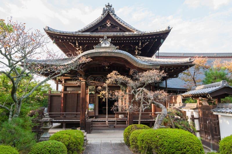 KYOTO JAPAN - OKTOBER 08, 2015: Zen Buddhist relikskrintempel i Kyoto, Japan Med trädgården och trädet arkivbild