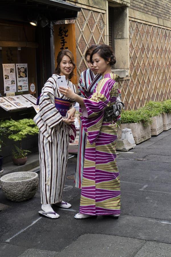 Kyoto, Japan, Tieners in traditionele Japanse kimono` s mak stock afbeelding