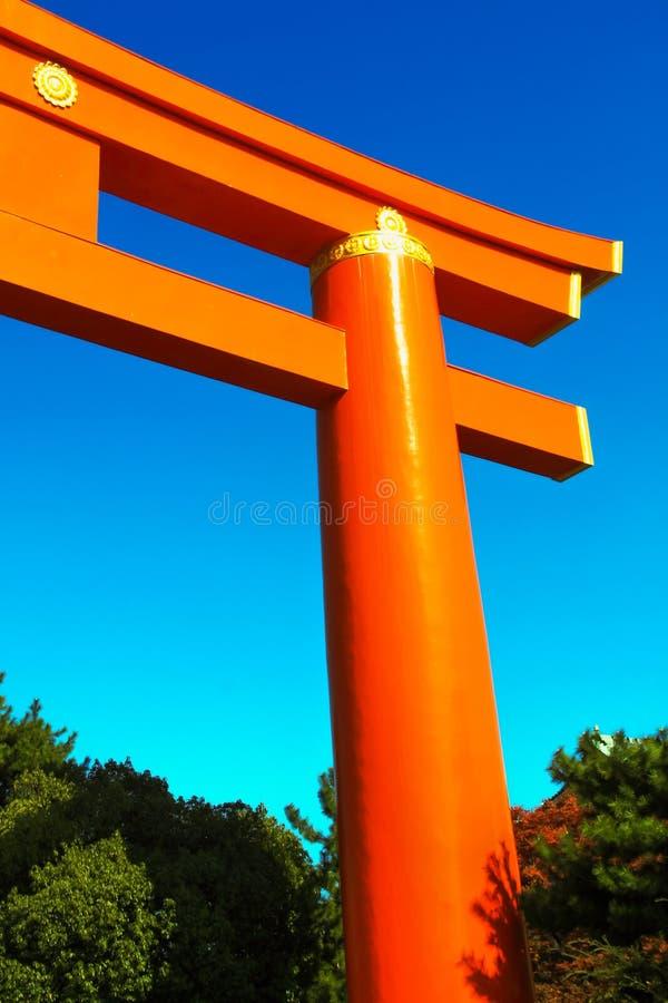Kyoto Japan - 2010: Torii port till den Heian relikskrin i Kyoto royaltyfri bild