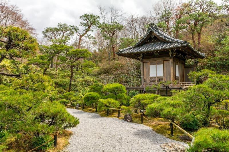 Kyoto Japan Zen Garden med Shintorelikskrin fotografering för bildbyråer