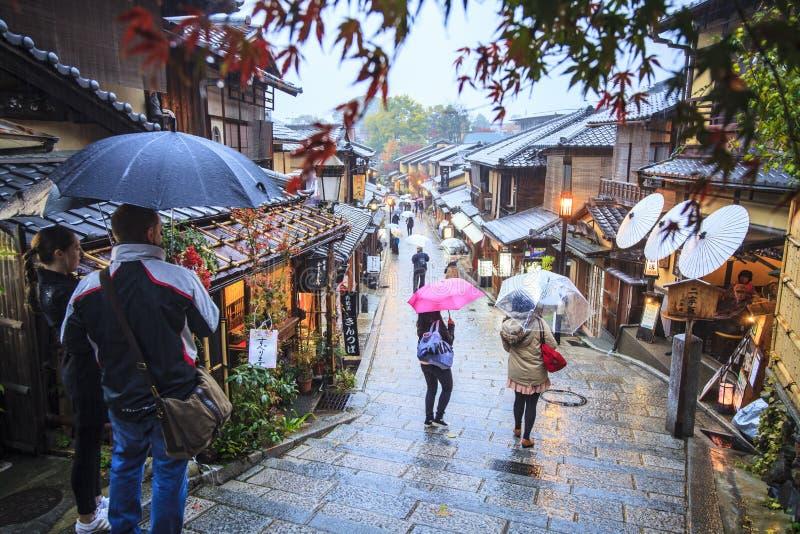 Kyoto, Japon au temple de Kiyomizu-dera pendant la chute images libres de droits