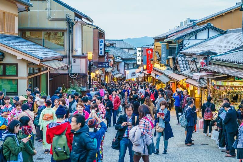 Kyoto, JAPON 2 décembre : Promenade de touristes sur une rue autour de Kiyomi images libres de droits