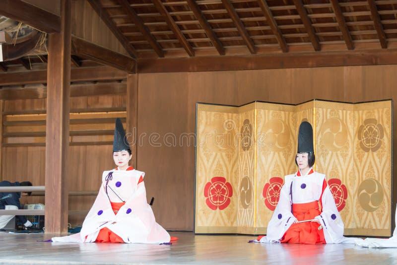 KYOTO, JAPON - 12 janvier 2015 : Danse folklorique de tradition chez un Yasaka-jin image libre de droits