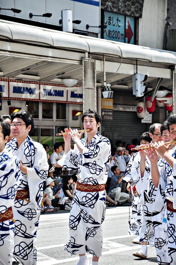 Kyoto, Japon - 17 juillet 2011 : Performi japonais non identifié d'hommes photographie stock libre de droits