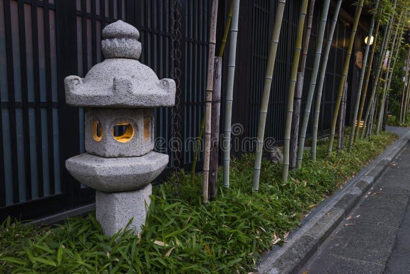 Kyoto, Japon - lanterne et bambou en pierre traditionnels image libre de droits