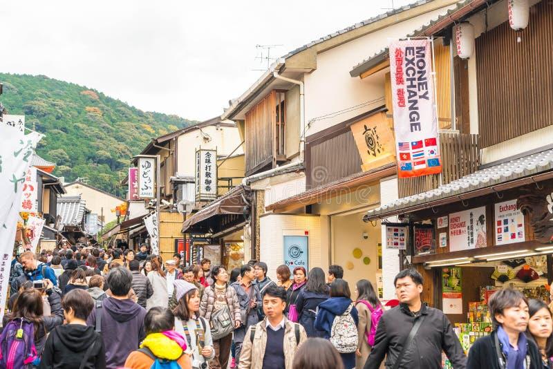 Kyoto, JAPON - 24 novembre 2016 : Promenade de touristes sur une rue autour de Ki photographie stock