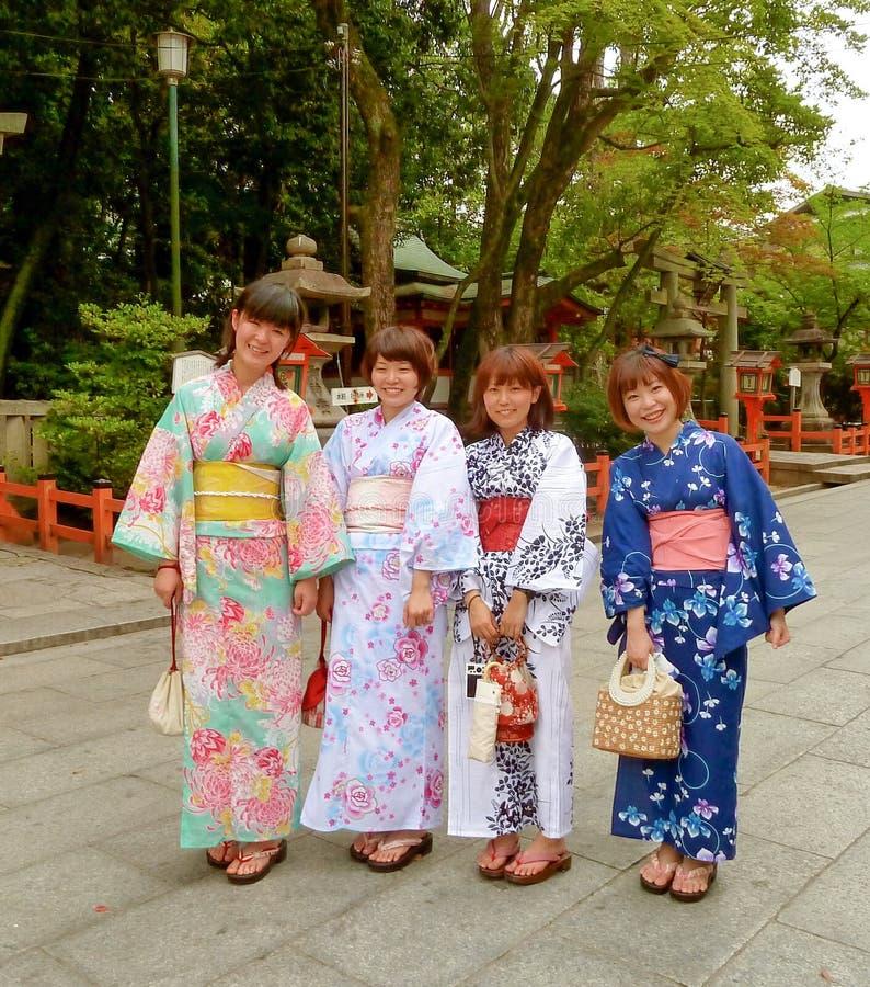 Kyoto Japonia - cztery młodych kobiet ubierać tradycyjny fotografia stock