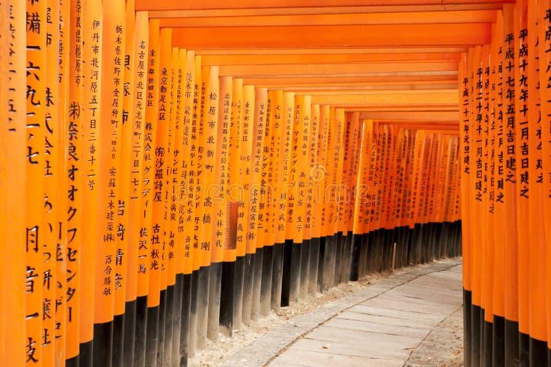 Kyoto Japonia, Grudzień, - 27, 2009: Pomarańczowy drewniany torii tunel w Fushimi Inari Taisha świątyni Ja jest jeden sławny miej zdjęcia stock