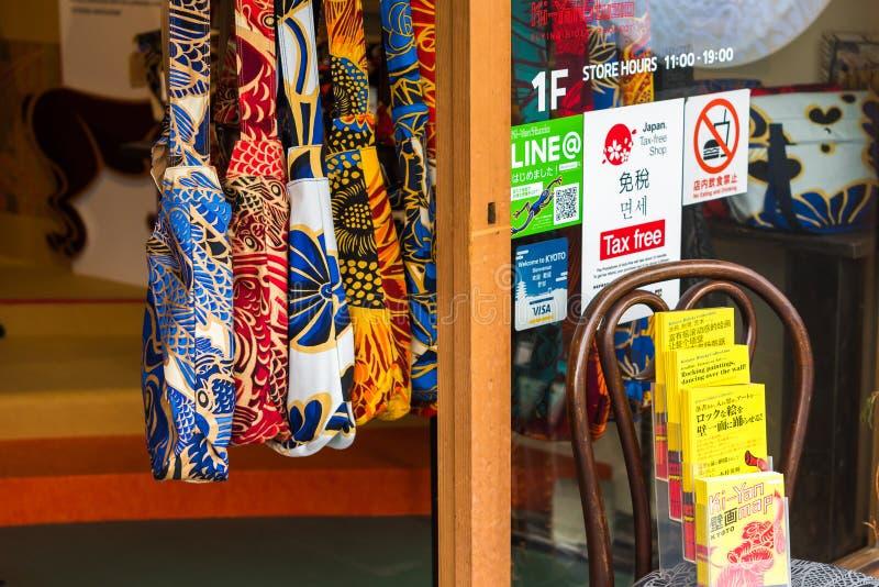 KYOTO JAPONIA, LISTOPAD, - 7, 2017: Barwić torby przy lokalnym sklepem Zakończenie zdjęcie stock