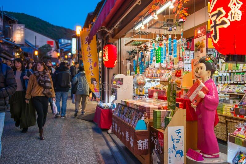 KYOTO JAPONIA, LISTOPAD, - 17, 2017: Tłoczy się ludzie przy shoppi fotografia stock