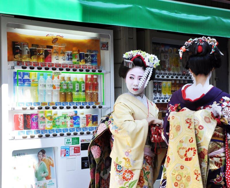 Download KYOTO JAPONIA, OCT, - 21 2012: Japońskie Damy W Tradycyjnej Sukni Obraz Stock Editorial - Obraz złożonej z kyoto, tłum: 28965004