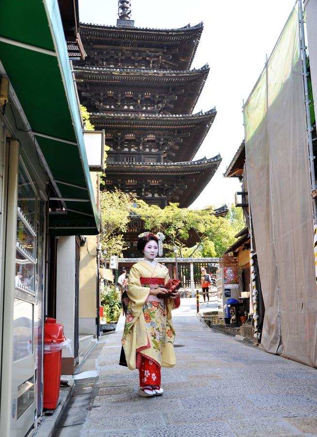 Download KYOTO JAPONIA, OCT, - 21 2012: Japońskie Damy W Tradycyjnej Sukni Zdjęcie Editorial - Obraz złożonej z antyczny, wakacje: 28965061