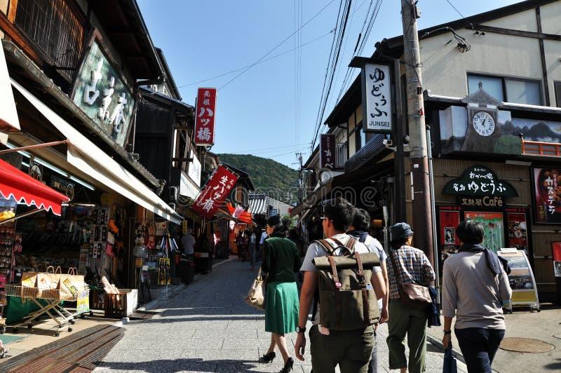 Download KYOTO JAPONIA, OCT, - 21 2012: Turysty Spacer Na Ulicie Prowadzi Obraz Editorial - Obraz złożonej z religia, świątynia: 28965090