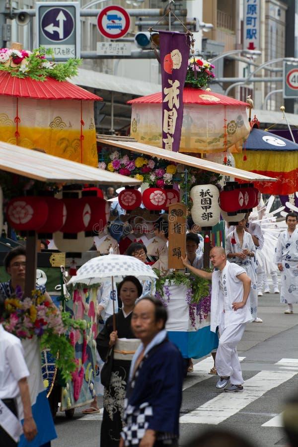 KYOTO - JULI 24: Den oidentifierade Maiko flickan (eller den Geiko damen) ståtar på av hanagasa i Gion Matsuri (festival) som in  royaltyfri foto