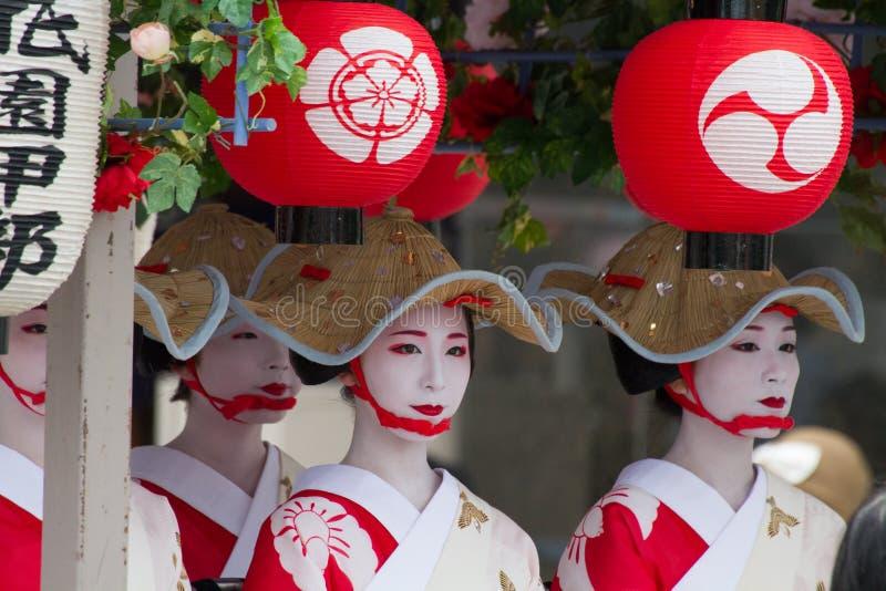 KYOTO - JULI 24: Den oidentifierade Maiko flickan (eller den Geiko damen) ståtar på av hanagasa i Gion Matsuri (festival) som rym fotografering för bildbyråer