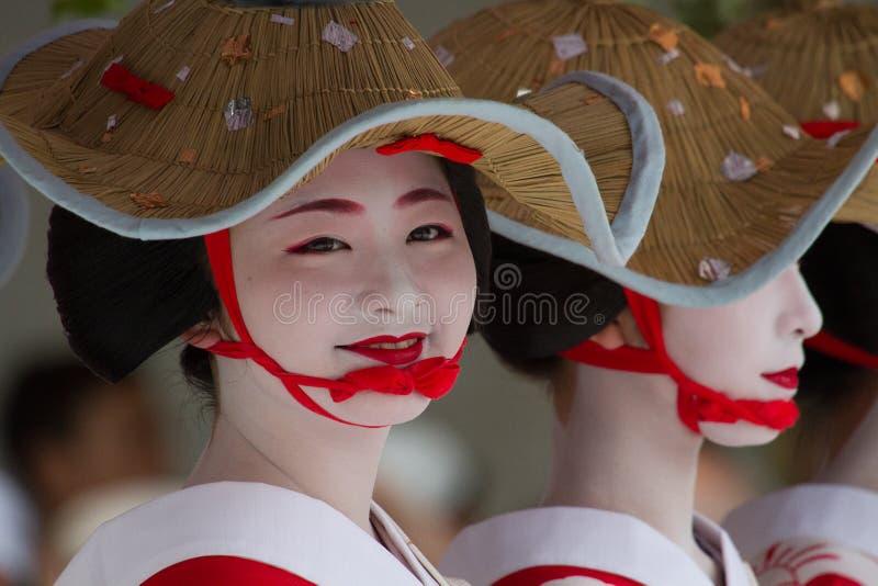 KYOTO - JULI 24: Den oidentifierade Maiko flickan (eller den Geiko damen) ståtar på av hanagasa i Gion Matsuri (festival) som rym royaltyfri fotografi