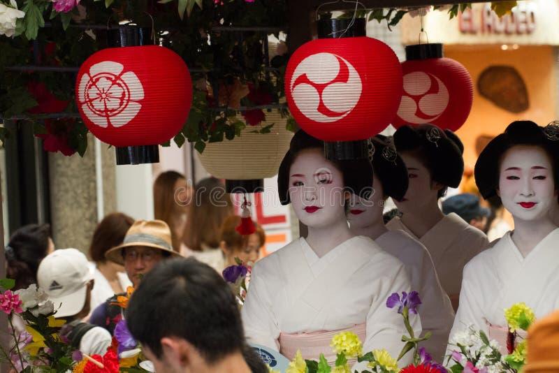 KYOTO - JULI 24: Den oidentifierade Maiko flickan (eller den Geiko damen) ståtar på av hanagasa i Gion Matsuri (festival) som in  arkivbild