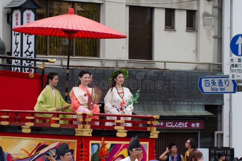 KYOTO - 24. JULI: Nicht identifiziertes Mädchen Fräuleins Kimono auf Parade von hanagasa in Gion Matsuri (Gion Festival) hielt am stockbilder