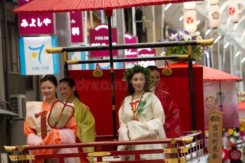 KYOTO - 24. JULI: Nicht identifiziertes Maiko-Mädchen (oder Geiko Dame) auf Parade von hanagasa in Gion Matsuri (Festival) hielte lizenzfreie stockfotografie